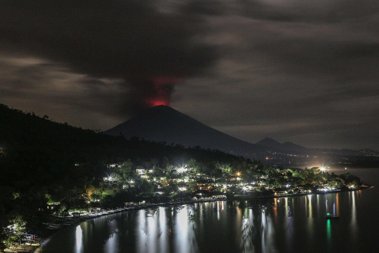 Il vulcano visto di notte da Amed nella regione di Karangasem (Ansa)