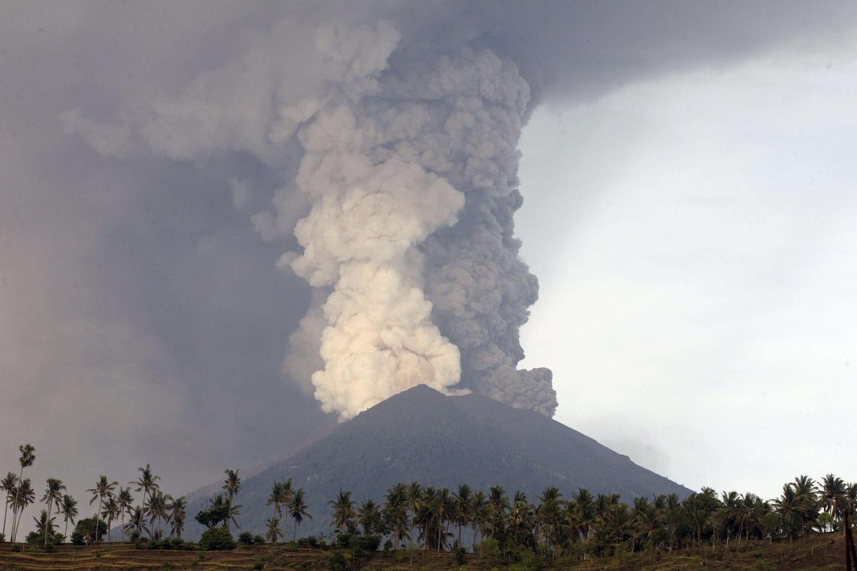 Le nuvole di fumo e cenere raggiungono i 9metri di altitudine (Ansa)