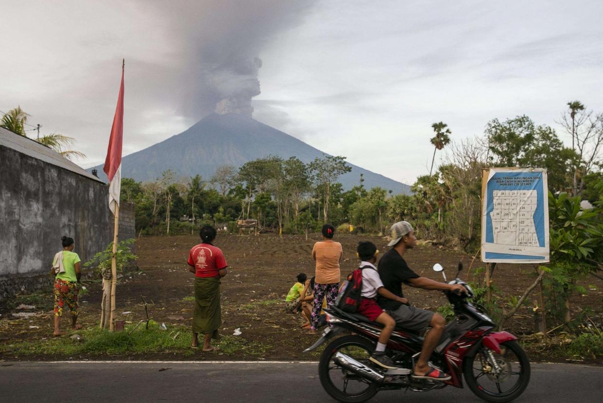 Gli abitanti del villaggio di Datah osservano preoccupati l'attività vulcanica dell'Agung (Ansa)