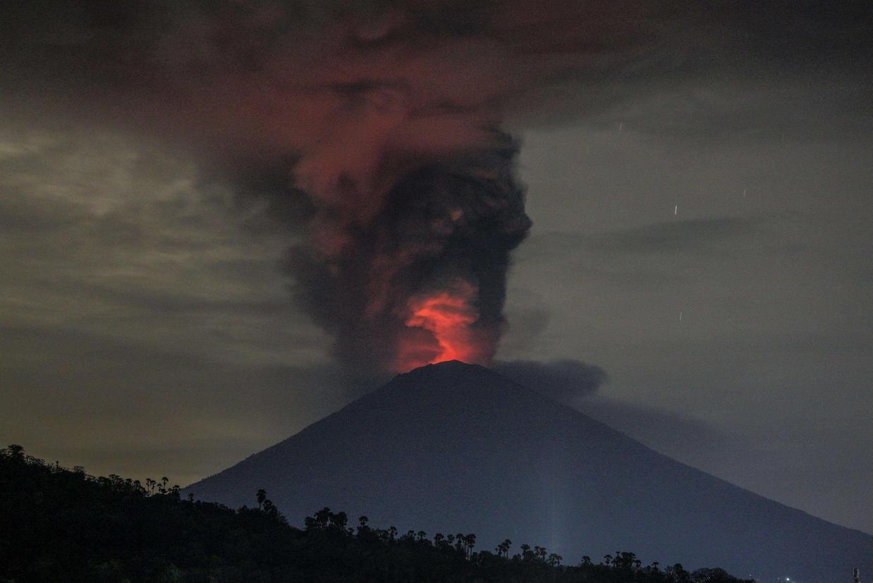 Fuoco sul cratere: la lava si sta accumulando all'interno e si teme una violenta esplosione (Ansa)