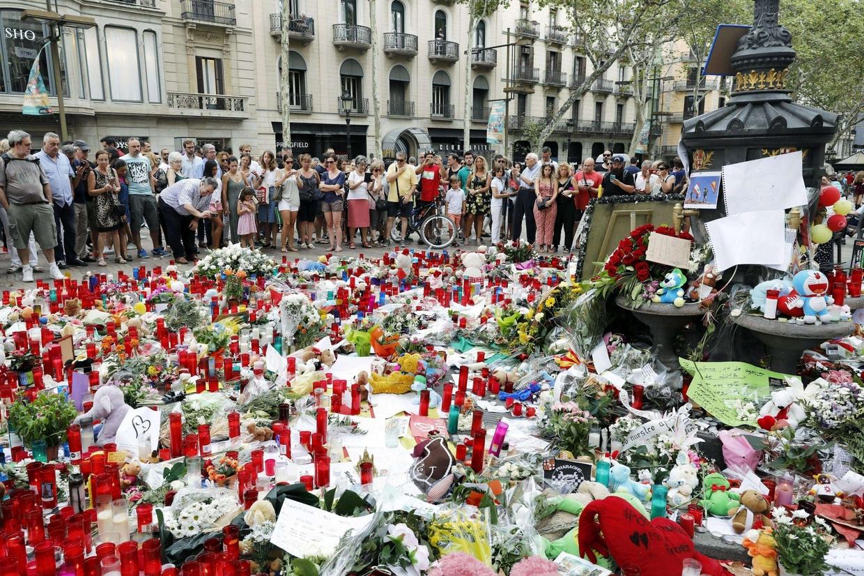 L'omaggio alle vittime dell'attentato sulle Ramblas. Ansa