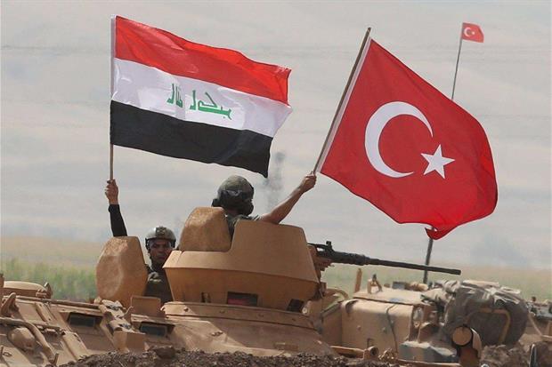 Soldati turchi e iracheni lungo il confine con il Kurdistan nel distretto turco di Silo (Epa)