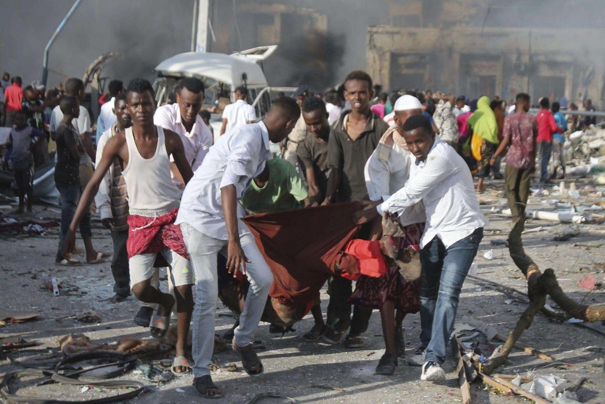 I primi soccorsi dopo l'attentato suicida (Ansa)