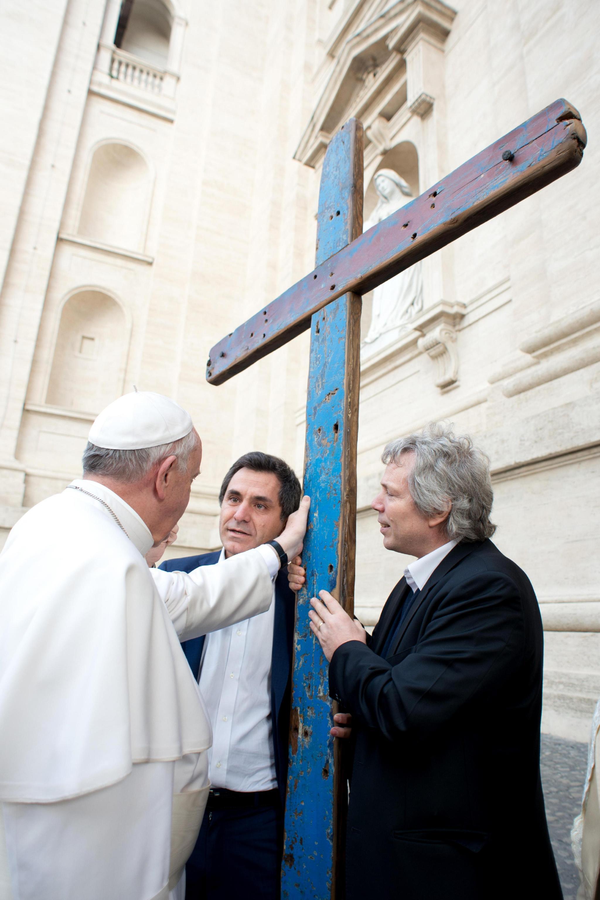 Papa Francesco con la Croce di Lampedusa il 9 aprile 2014 (Osservatore Romano)