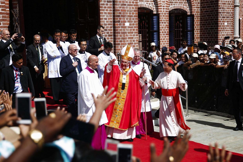 Il Papa saluta la folla dei fedeli uscendo dalla cattedrale (Ansa)