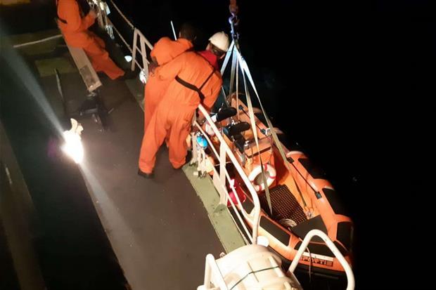 La nave Mare Jonio controlla i barchini di salvataggio