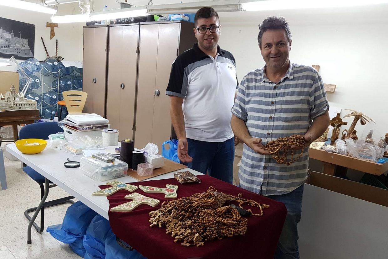 I Rosari per la Gmg realizzati nel laboratorio della Fondazione 'Giovanni Paolo II' a Betlemme