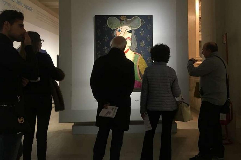 Una delle «guide speciali» toccate dal disagio psichico mentre illustra un'opera d'arte