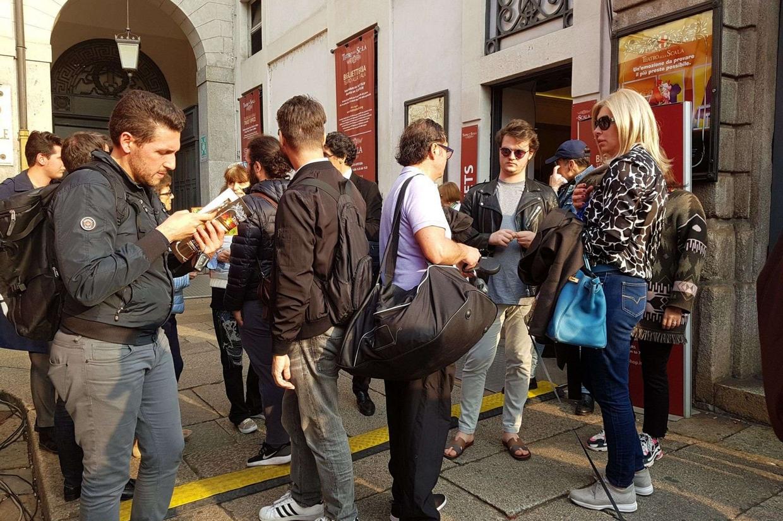 I loggionisti di fronte alla biglietteria del Teatro alla Scala di Milano