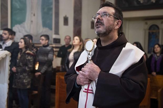 Padre Marcelo Cisneros nella parrocchia di Samsun (Foto Cristian Gennari)