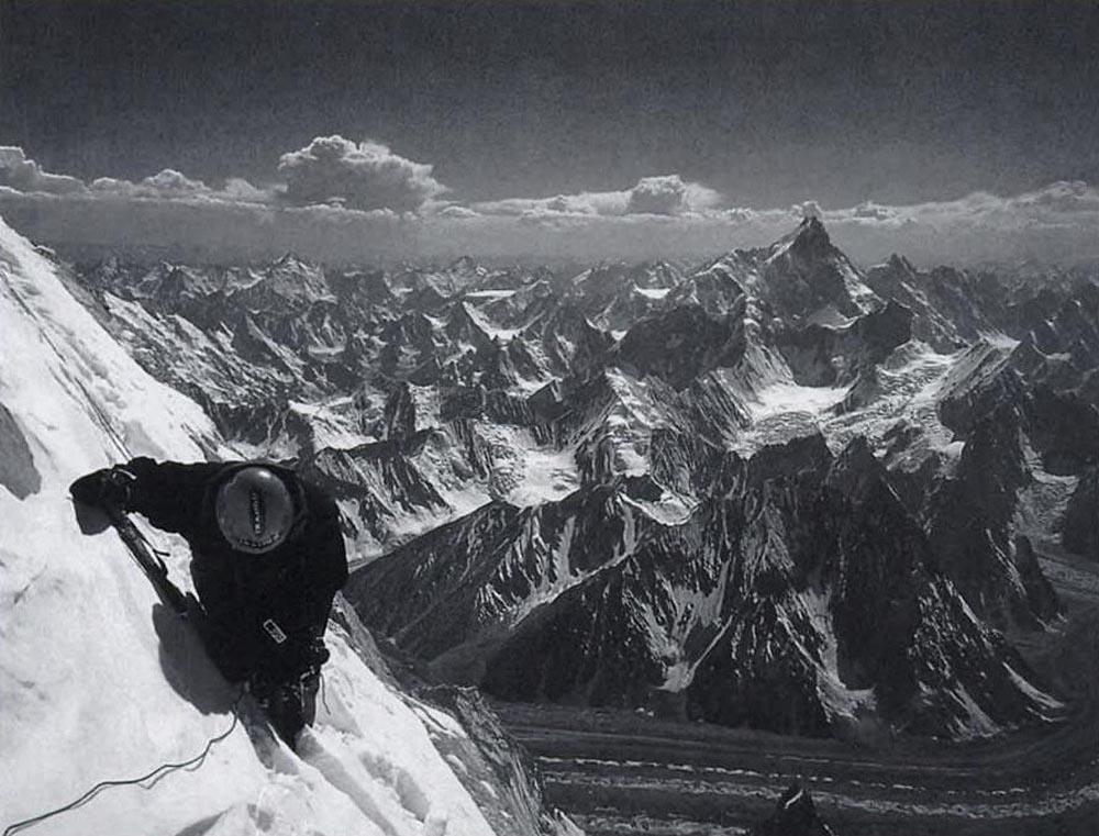 Una foto della cordata impegnata nella prima ascensione del Gasherbrum IV nell'agosto 1958 (WikiCommons)