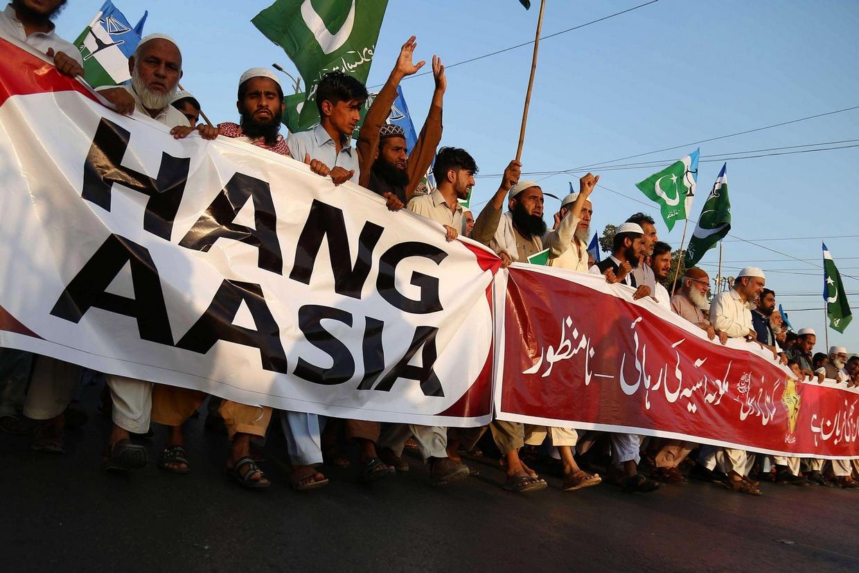 Manifestanti estremisti islamici chiedono l'impiccagione di Asia Bibi (Ansa)