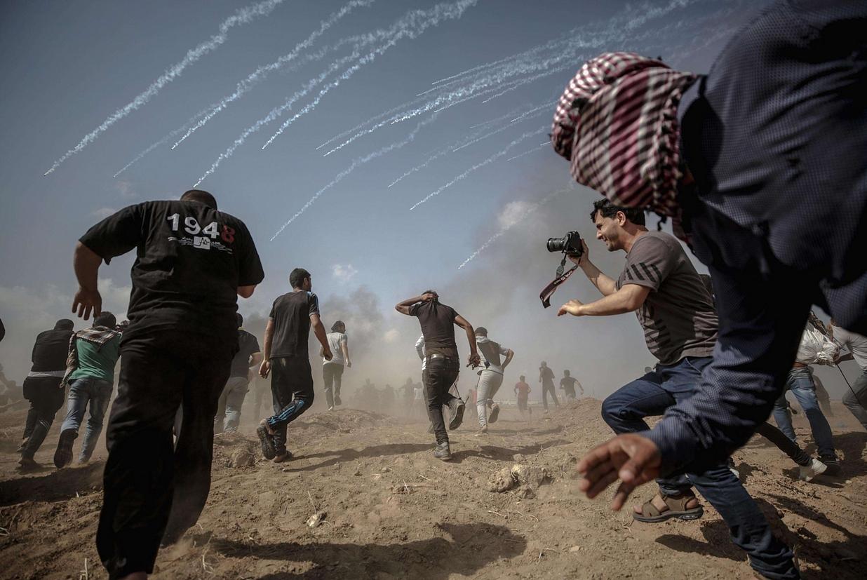Palestinesi in fuga, con loro un fotografo (Ansa)