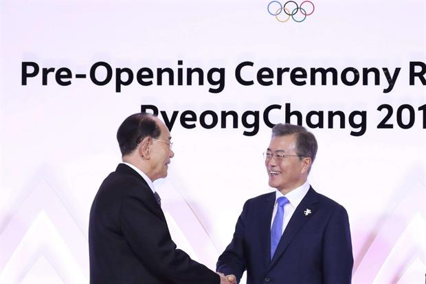 La stretta di mano tra il presidente sudcoreano Moon Jae-in (a destra) e il capo della delegazione nordcoreana Kim Yong-nam (Ansa)