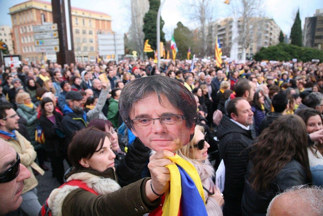 Proteste domenica scorsa a Barcellona, i manifestanti hanno sfilato con il ritratto di Puigdemont (Ansa)