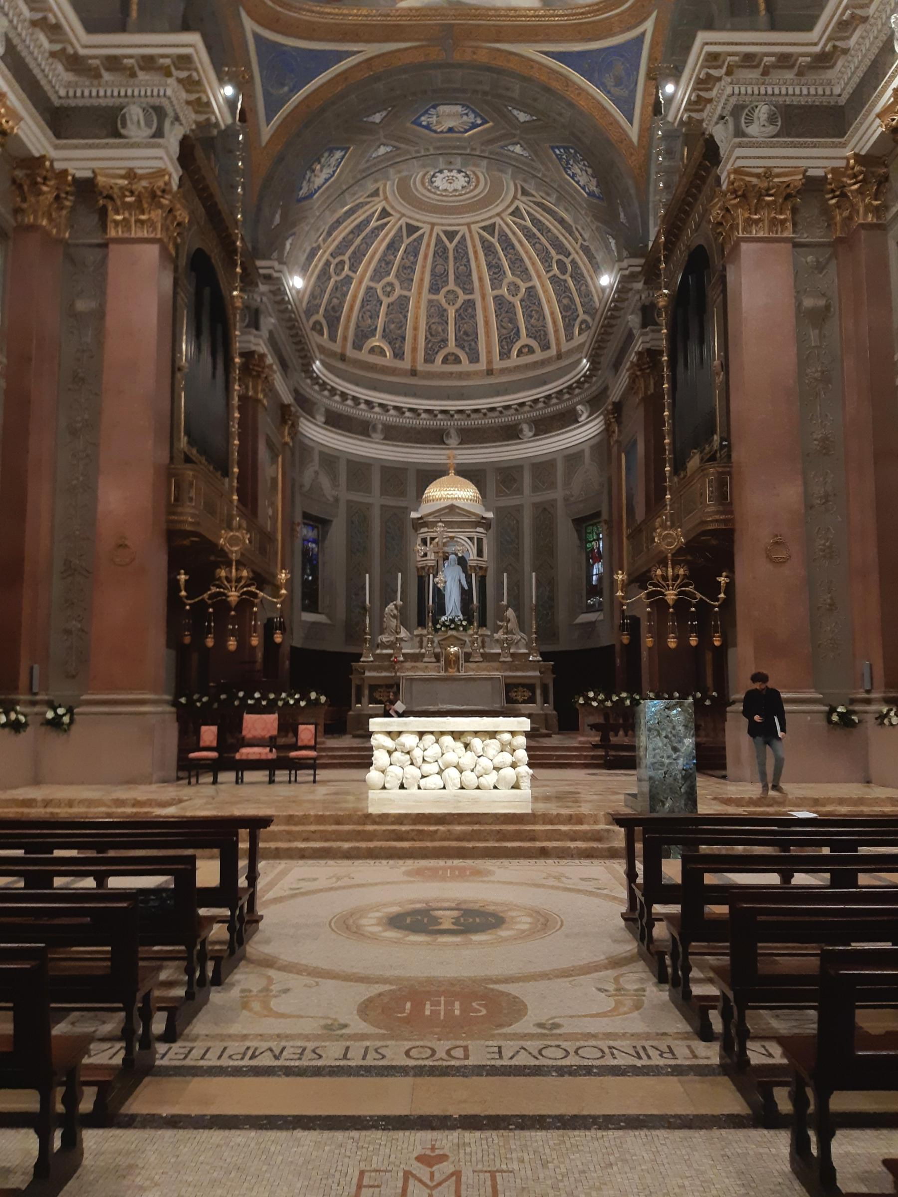 Il nuovo presbiterio curato da Claudio Parmiggiani dela basilica di Santa Maria Assunta di Gallarate