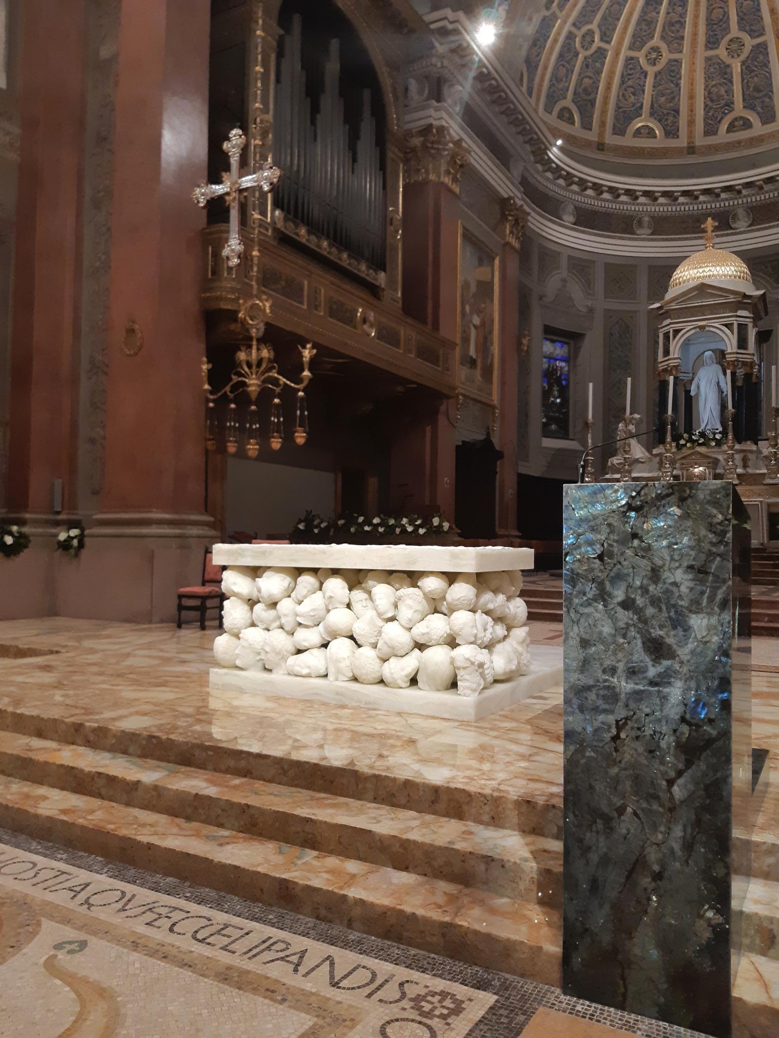 Il nuovo presbiterio curato da Claudio Parmiggiani della basilica di Santa Maria Assunta di Gallarate. In primo piano l'ambone in labradorite