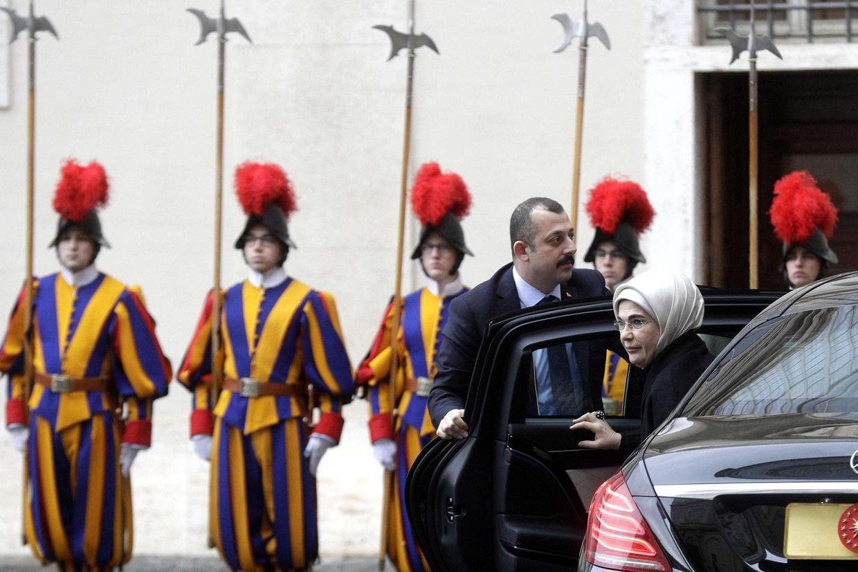 Il presidente turco, Recep Tayyip Erdogan, con la moglie Emine accolto in Vaticano (Ansa)