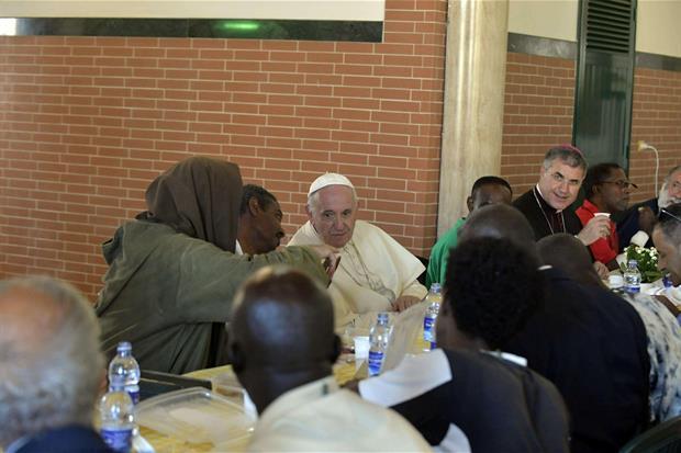 Il pranzo 'VaticanMedia'Ansa)