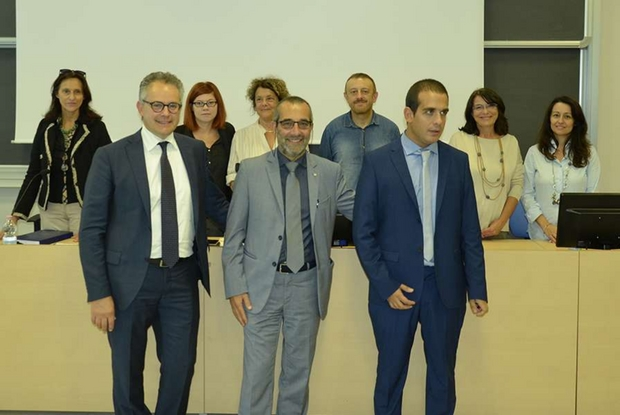 Da sinistra: il professor Fanucci, delegato per la disabilità, il rettore Mancarella e Luca davanti alla Commissione di laurea (www.unipi.it)
