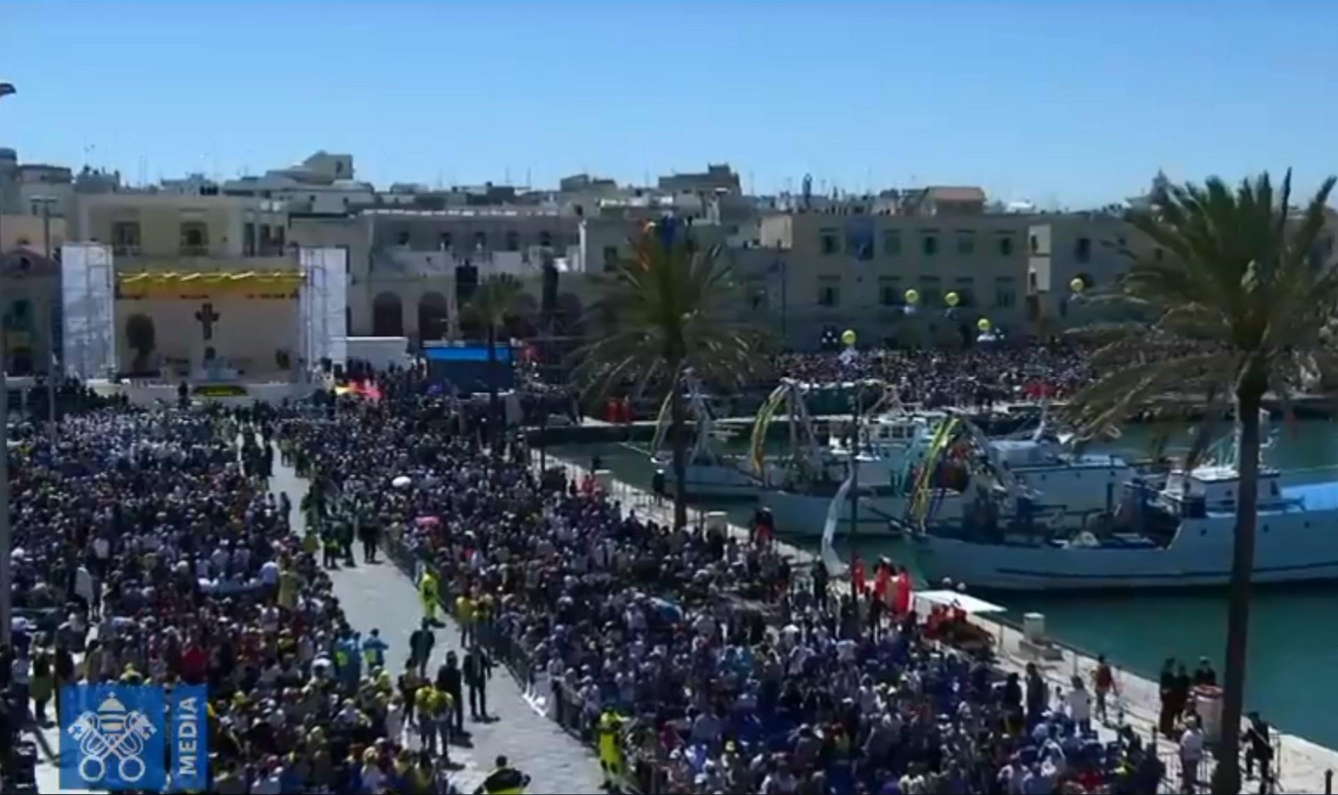 La celebrazione della Messa sul porto di Molfetta (fermo immagine da Vatican News)