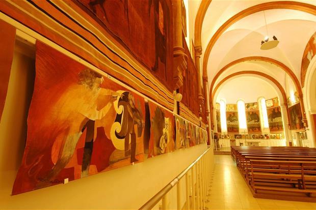 L'interno della chiesa di Saint-Hugues-de-Chartreuse con le opere di Arcabas