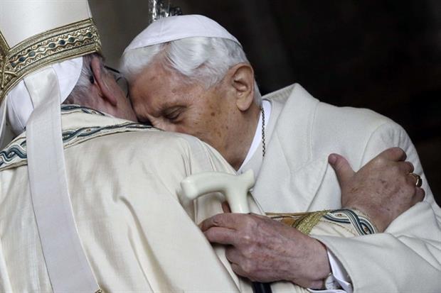 L'abbraccio di Benedetto VI a Francesco (Ansa)