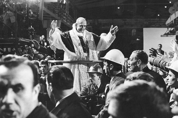 Paolo VI nelle nuove acciaierie di Taranto per la Messa di mezzanotte del Natale 1968 (Pepi Merisio)