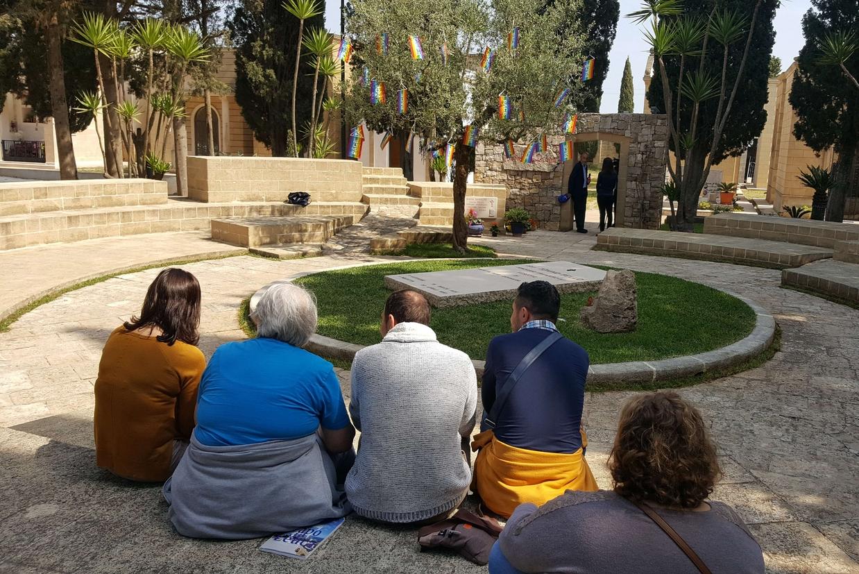 La tomba di don Tonino Bello, al centro di un semplice anfiteatro tufaceo nel cimitero comunale di Alessano (foto Muolo)
