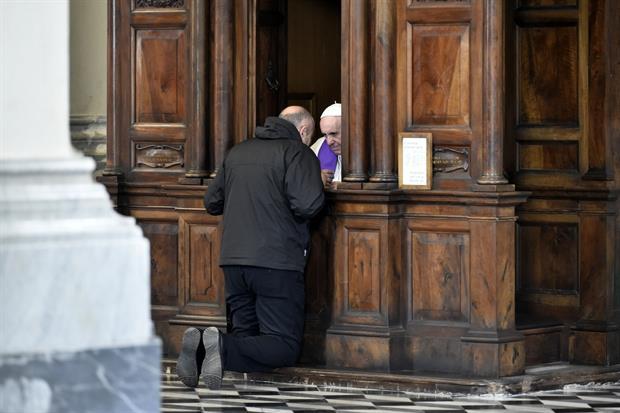 Papa Francesco mentre confessa nella Basilica Vaticana durante un'iniziativa quaresimale (foto Siciliani)
