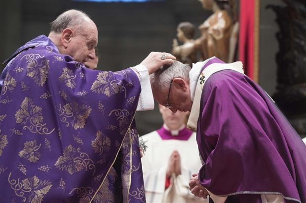 Papa Francesco mentre riceve le Ceneri (foto L'Osservatore Romano)