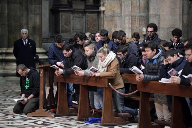 Un momento di preghiera nel Duomo di Milano (foto Fotogramma)