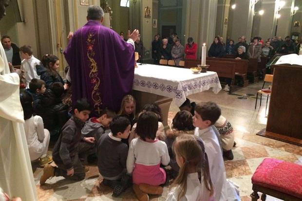 Il viola è il colore dei paramenti del sacerdote durante la Quaresima