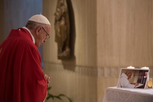 Il Papa davanti all'immagine dell'anziano prete