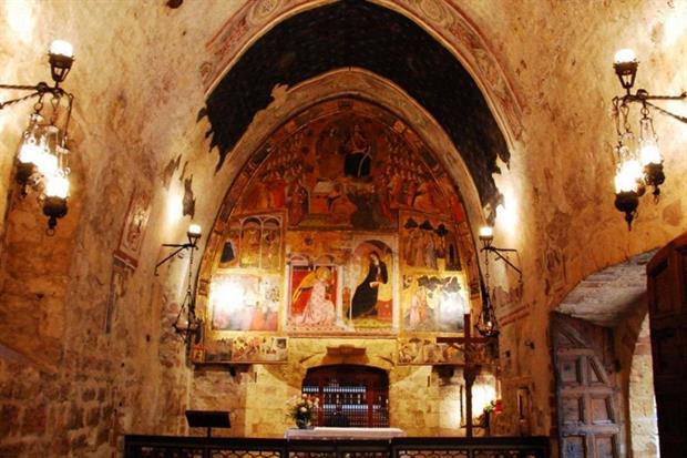 L'interno della Porziuncola nella Basilica di Santa Maria degli Angeli ad Assisi
