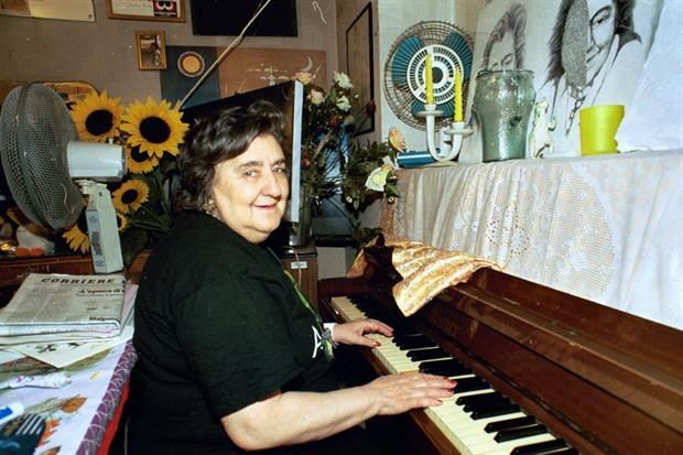 Alda Merini al piano nella storica casa sui Navigli