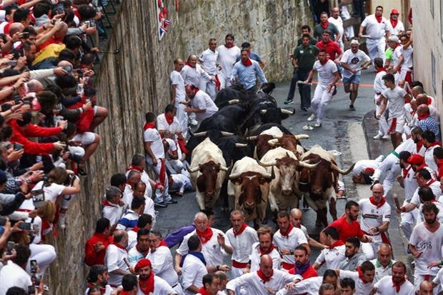 In centinaia hanno affollato le strade di pamplona per l'encierro (Ansa)