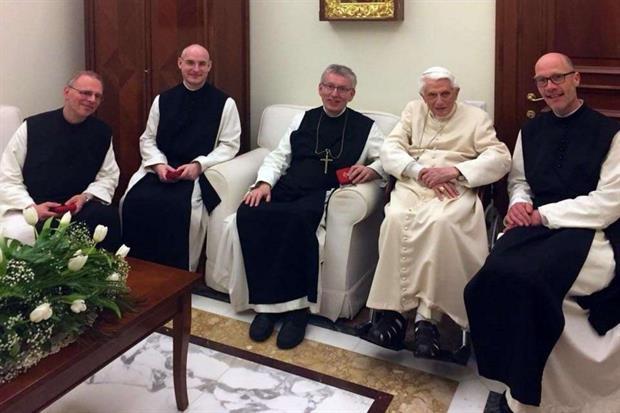 Il papa emerito Benedetto XVI con l'abate Heim e un gruppo di monaci cistercensi di Heiligenkreuz in Austria