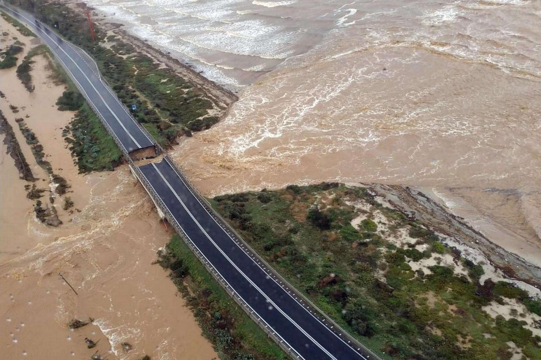 Un tratto della statale 195 verso Capoterra e Pula dove il 10 ottobre si è aperta una voragine che non consente il transito dei veicoli (Ansa)