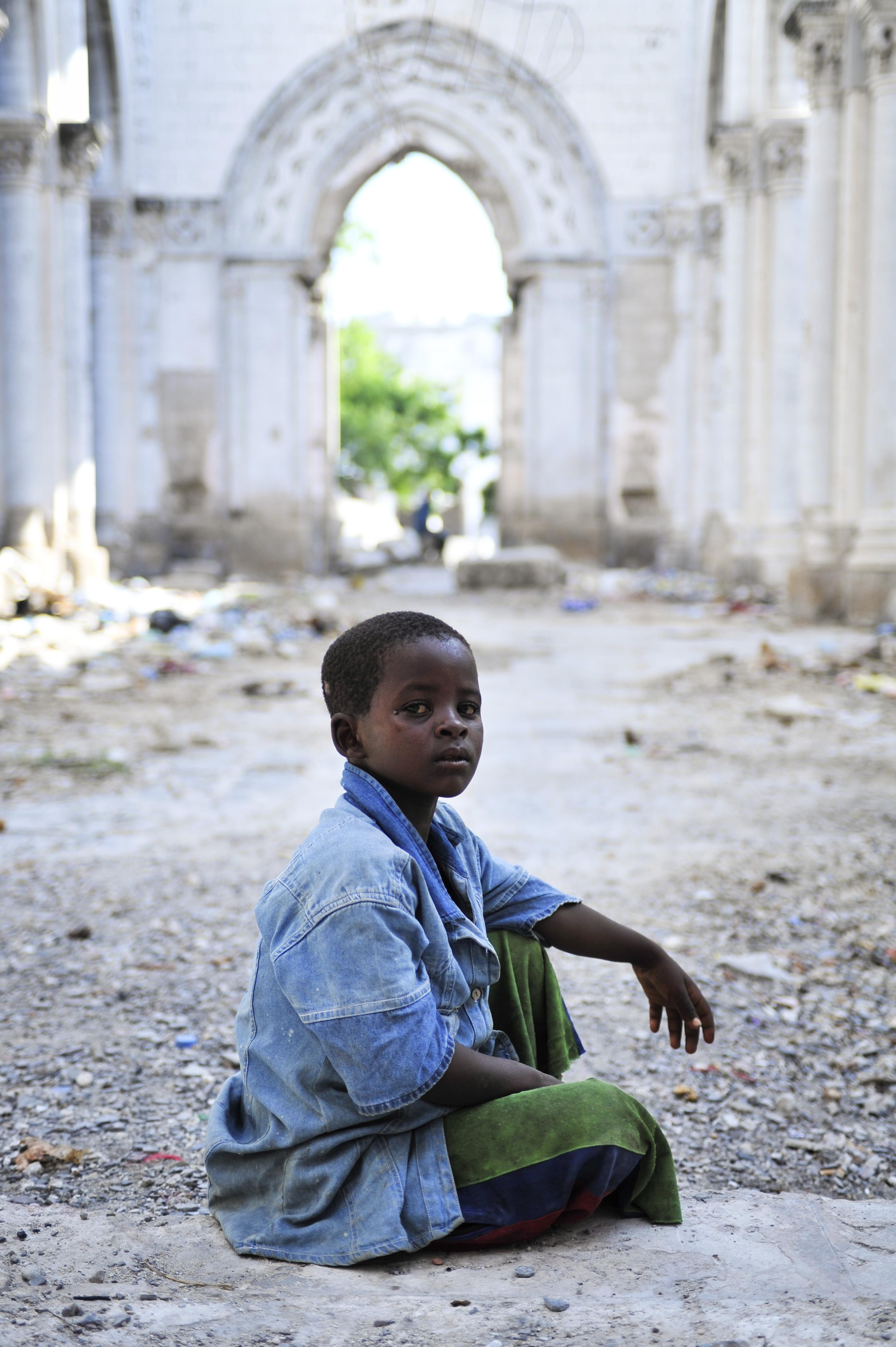 Un ragazzo nella vecchia cattedrale in rovina (Au-Un Ist photo' Tobin Jones)