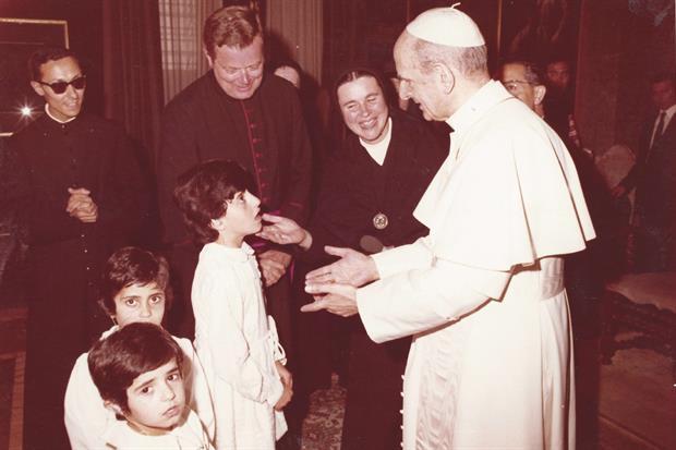 Paolo VI con tre delle prime alunne dell'istituto Effetà ricevute in Vaticano
