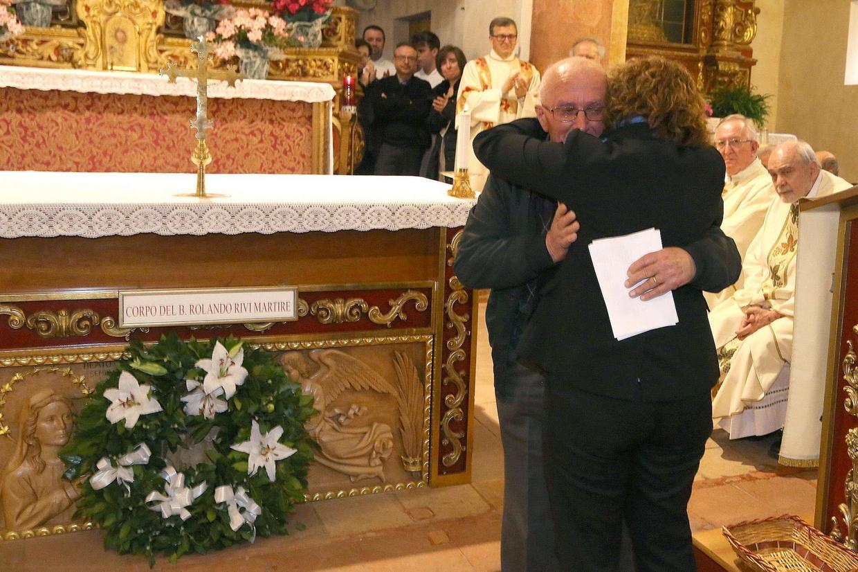 L'abbraccio tra Alfonso Rivi, cugino del beato, e Meris Corghi