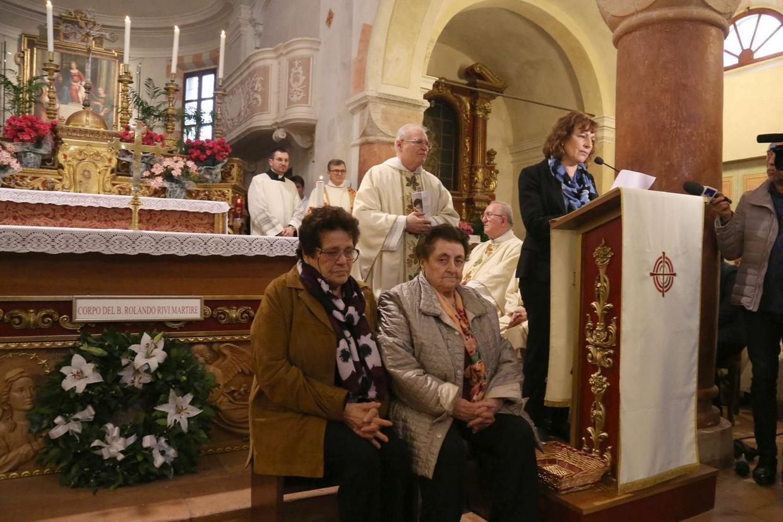 Il discorso di Meris Corghi, figlia di uno dei due partigiani che assassinarono il giovane seminarista. Sedute, da sinistra: Maria moglie del fratello del beato, e Rosanna, sorella del martire