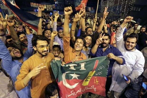 La gioia in piazza aLahore dei sostenitori di Tehreek-e-Insaf (Ansa)