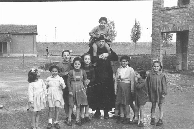 Fossoli, 1948, i primi passi di Nomadelfia, don Zeno con un gruppo di ragazzi (dall'archvio di Nomadelfia)