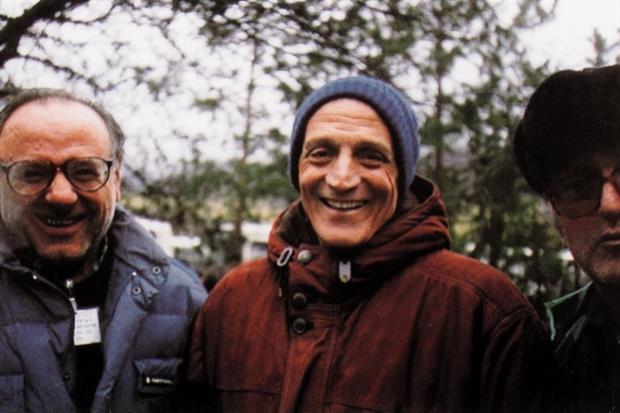 Monsignor Tonino Bello (al centro) alla marcia della pace del 1992 a Sarajevo