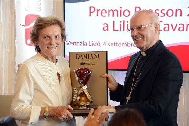 La regista Liliana Cavani riceve il premio da monsignor Nunzio Galantino (Giorgio Boato)