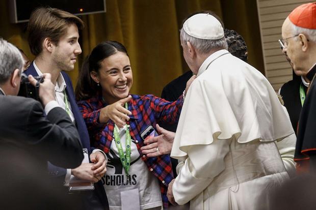 Papa Francesco saluta alcuni giovani presenti all'incontro (Ansa)