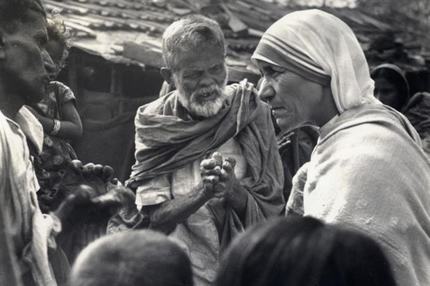 Santa Teresa di Calcutta con alcuni malati di lebbra (Ap)