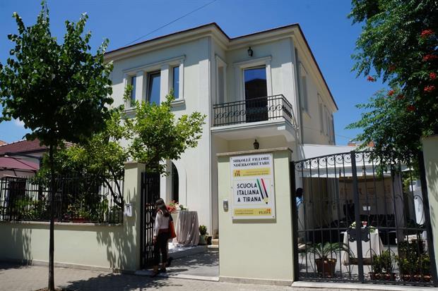 La palazzina liberty a Tirana